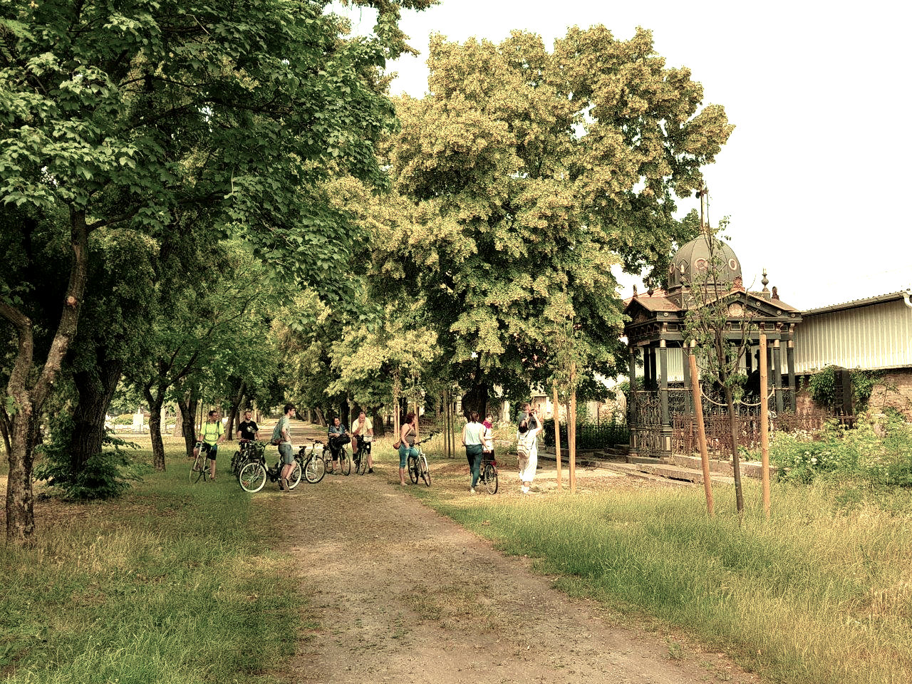 Biciklitúra a temetőben<br> Fotó: Nemzeti Örökség Intézete